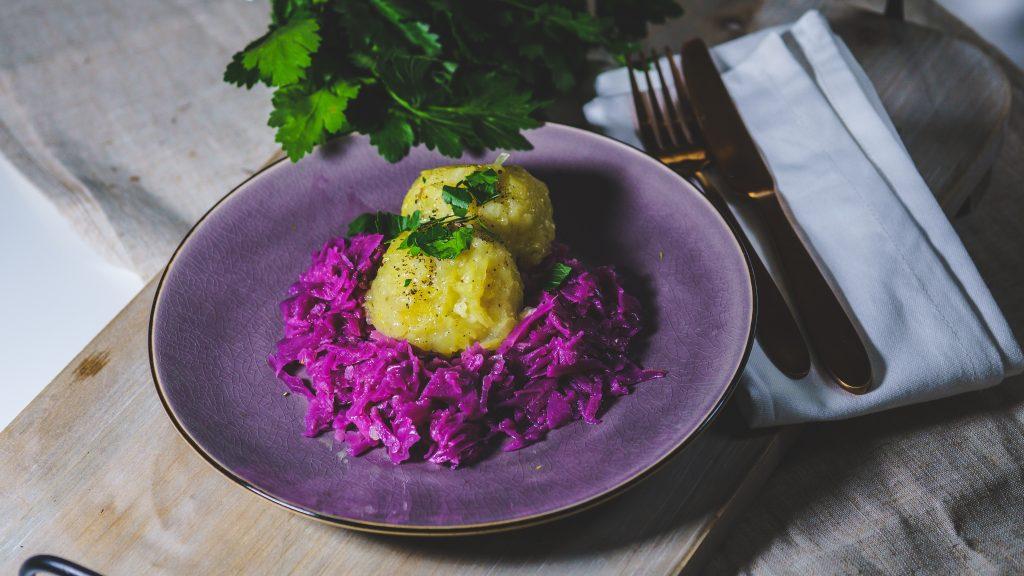 Gefüllte Kartoffelknödel mit Rotkohl