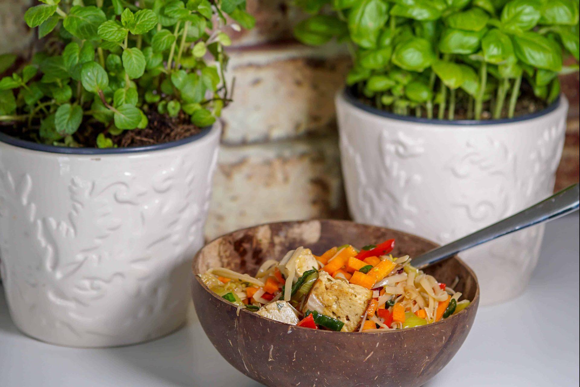 Reisnudelsalat mit Tofu und Gemüse